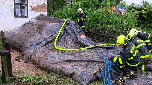 Více než šest desítek hasičů z 12 profesionálních a dobrovolných jednotek hasičů mělo v úterý odpoledne a večer plné ruce práce s odstraňováním následků bouře a přívalového deště s kroupami ve Starých Heřminovech.