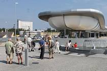 Futuristickou podobu má dopravní terminál, který dva roky stavěli v bruntálské Nádražní ulici.