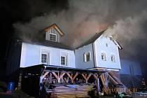 Ke dvěma rozsáhlým požárům rodinných domků vyjížděli v sobotu večer hasiči na Bruntálsku. Druhý ve vzdušnou čarou asi šest kilometrů vzdálené Lomnici.