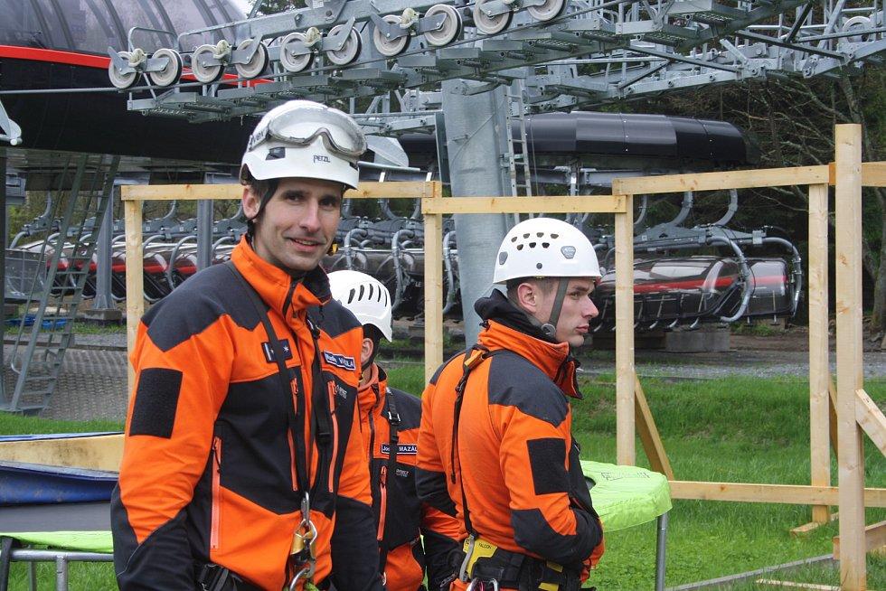 Hasiči z jihomoravského kraje se vydali do Jeseníků nacvičit evakuaci osob ze sedačkové lanovky.
