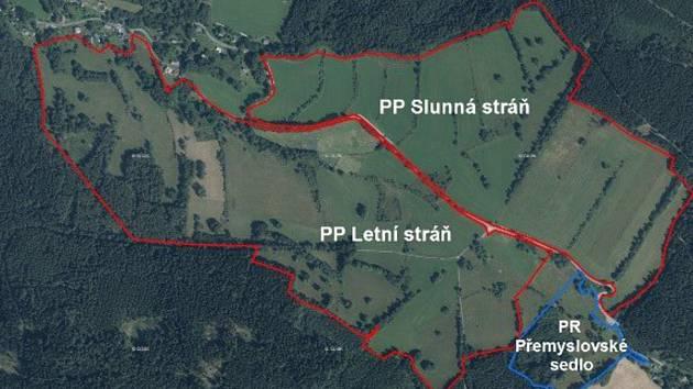 Nové přírodní památky v Jeseníkách navazují na rezervaci Přemyslovské sedlo. Slunná stráň se rozkládá na ploše 38 hektarů a Letní stráň má 52 hektarů.