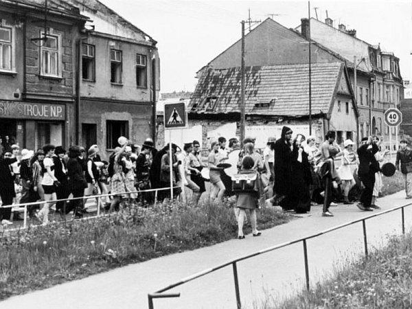 Jindřich Kupčák byl bruntálským fotografem, který zachytil úsek Jesenické ulice od bývalého podchodu. Tehdy tam opravovali kancelářské stroje.