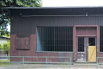 Přes šedesát let stojí v parku Bedřicha Smetany ve Městě Albrechticích dřevěná bouda. Hodně se na ní podepsali vandalové, takže dnes je spíš pro ostudu, než k užitku.