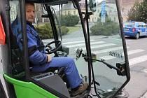 Jaroslav Otisk z bruntálských technických služeb nedopustí, aby byly ulice města plné listí, cigaretových vajglů a jiného odpadu. Má na to moderní stroj.