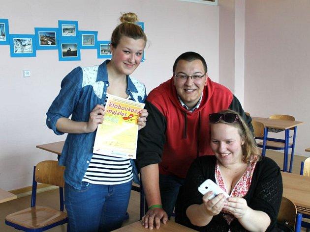 Na organizaci se podílejí i žáci hornobenešovské soukromé školy Praktik ve složení (zleva) Kristýna Dimiděnková, Lukáš Benek a Eliška Sintová.