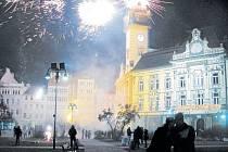 Půlnoc, která byla předělem mezi letopočty 2016 a 2017, přilákala příznivce ohňostrojů také na krnovské náměstí.
