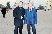 Jiří Krušina z Krnova (vlevo) má spoustu osobních zážitků s Karlem Gottem, které shrnul ve své knize Na cestách se slavíkem. Deset let se pohyboval v okolí Karla Gotta jako novinář i přítel. Na snímku z roku 2013 provází Gotta na turné v Moskvě.