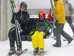 Branná lanovka a sjezdovka přivítala první lyžaře už 17. listopadu. Navzdory oteplení se zde lyžovalo už o víkendu.