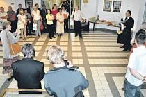 Zahájení výstavy fotografů Jiřího Hrdiny, Karla Macury a Dalibora Bednáře se na bruntálské radnici chopil sám starosta Petr Rys.