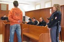 Obžalovaní zprava Miroslav Novák a Miroslav Avrat se svými obhájci, zády u pultu Petr Brázda, který přišel v krnovském dřevařském provozu o ruku.