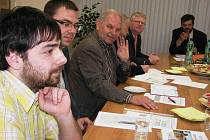Zástupci dopravců i krajského úřadu konzultovali v pátek 29. dubna na rýmařovské radnici možnosti lepšího využití veřejné, vlakové i autobusové dopravy v oblasti.