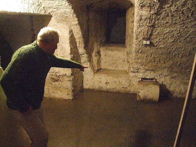 Správce zámku znepokojeně sleduje, o kolik stoupla spodní voda.
