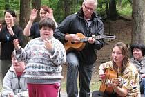 U táboráku. Laďa Kerndl se na tábor dostal po třech letech, dříve to při svém nabitém programu nestihl. Mezi dětmi se cítil dobře a chválil si i svou spoluhráčku s kytarou Kristinu Váňovou.