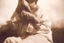 Snímek Matka od Rudolfa Koppitze je jedním z řady snímků, které mohou lidé vidět na výstavě Magie české fotografie.