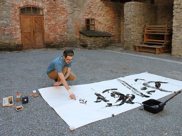 Na hradě Sovinec začala výstava kaligrafií Svena Krause. Atmosféru dálněvýchodního umění podtrhla i skvělá hudba a ochutnávka čajů. (ot)