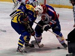Krnovští hokejisté přivezli z Nového Jičína tři body. Na snímku bojuje při vhazování střelec dvou gólů Jan Weiss.