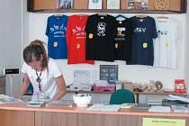 Nábytek na míru, trička s logem 800 let Bruntálu nebo výroční turistické známky jsou některé z novinek informačního centra za poslední rok.