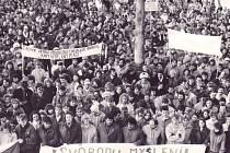V revolučním nadšení na sklonku roku 1989 zaplnili lidé bruntálské náměstí Míru. Mnozí z účastníků se na snímku určitě poznají, letos jsou téměř o čtvrtstoletí starší.