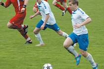 Záložník Tomáš Hudský (v bílém vpravo) vstřelil ve středečním utkání v Českém Těšíně dvě branky. Na té druhé měl svůj podíl i jeho spoluhráč Jan Vavrečka (v bílém uprostřed).
