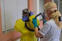Ilustrační snímky jsou z cvičení záchranných složek pro příjem vysoce infekčního pacienta, které probíhalo v krnovské nemocnici vloni v listopadu.