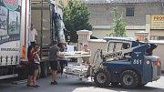 Zaměstnanci Charity Krnov a krnovské radnice společně nakládali nemocniční lůžka a humanitární pomoc na kamion, který v pondělí 23. července vyrazil na Ukrajinu.