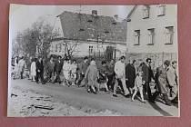 Obyvatelé Leskovce nad Moravicí v promájovém průvodu, snímek je z roku 1973.