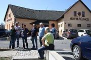 Nový rýmařovský rodinný pivovar Morous se poprvé představil veřejnosti v sobotu 20. dubna. Účastníky exkurze provázel sládek Karel Polišenský, jehož zamračená tvář se stala logem piva Morous.