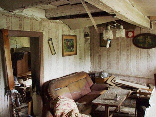 Výbuch v rodinném domě v Rýmařově zalarmoval několik jednotek hasičů. Příčiny jeho vzniku nejsou dosud objasněné.