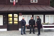 Volby v Karlově Studánce: policejní dohled a napjatá atmosféra.