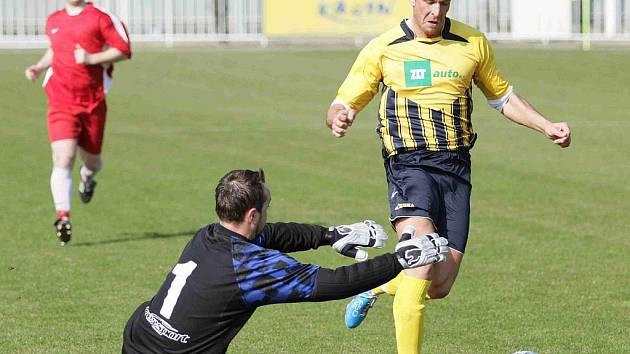 Krnovský útočník Jakub Šrom přispěl k vítězství nad Frýdlentem jedním gólem, na snímku obchází hostujícího gólmana.
