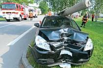 Auto narazilo do sloupu a ten spadl na střechu auta. Nikdo nebyl zraněn, škoda byla vyčíslena na 166 tisíc korun.