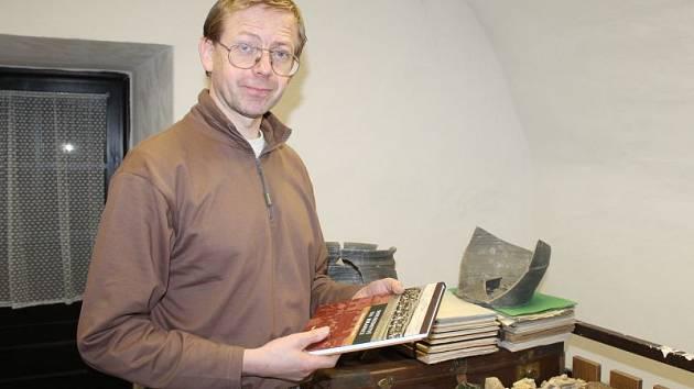 Historik Muzea v Bruntále Igor Hornišer se svou knihou Sousedství na hranici. Věnuje se v ní historii Bruntálska v letech 1938 až 1946.