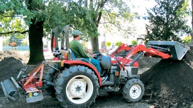 Téměř na dva měsíce stály stavební práce v parku ve Smetanových sadech. V minulém týdnu se však práce daly opět do pohybu. Těžké stavební stroje odstranily vrchní půdu, aby zde mohli zahradníci položit nový trávník a zavlažovací systém.