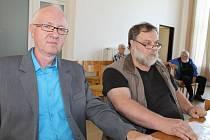 Luboš Trnavský, ředitel servisní společnosti města TEPLO BRUNTÁL a.s. (vlevo) a předseda představenstva Pavel Fürst při zasedání bruntálských zastupitelů.