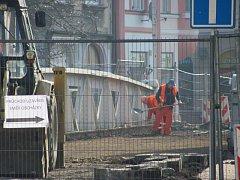 Zákazy parkování, odbočení, oplocení a uzavírky odrazují zákazníky od návštěvy prodejen v lokalitě u železného mostu přes řeku Opavu v Krnově.