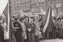 Fotografie Gustava Aulehly a Tomáše Vocelky jsou v těchto dnech vystaveny na schodech krnovské radnice. Zachycující první protikomunistickou demonstraci před krnovským divadlem 26. listopadu 1989 a generální stávku o den později.