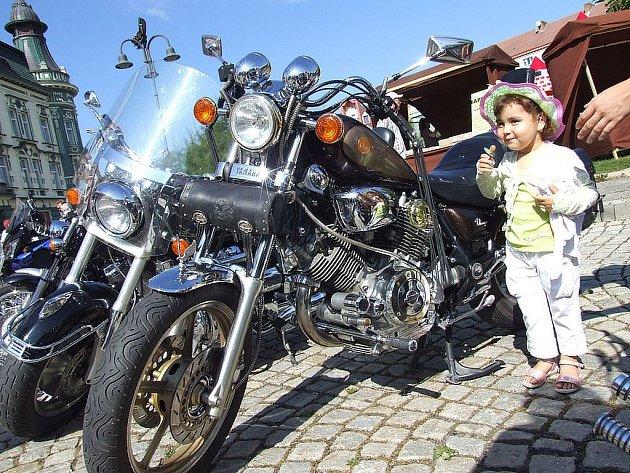 Krnovské náměstí se v sobotu zaplnilo překrásnými nablýskanými motorkami, na kterých přijeli členové českého motoklubu Road 146 a jejich němečtí kolegové z Holy Riders.