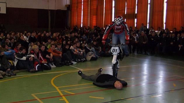Nepřeskočen zůstal ležící moderátor Standa Berkovec. Kaskadér Mirek Lisý se několikrát rozjel na své extračíslo, ale vždy v poslední chvíli před Berkovcem zabrzdil nebo uhnul. Rozjezdová dráha v tělocvičně byla příliš krátká.