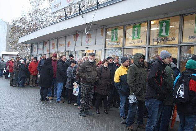 Jaromír Nohavica vKrnově koncertuje 9.prosince. Tak to vypadalo před infocentrem 22.listopadu při zahájení předprodeje.