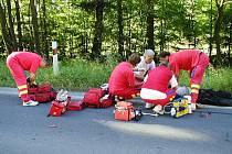 Mladý motorkář při střetu s autem zůstal ležet bez známek života. Do opakovaných oživovacích pokusů se zapojily posádky dvou sanitek, z helikoptéry a navíc lékaři v civilu, kteří náhodou projížděli kolem, jejich snaha byla marná. Muž svým zraněním podlehl