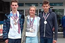 Úspěšní mladí plavci. Zleva krnovští Ondřej Švéda a Dominika Geržová, vpravo Roman Procházka z Bruntálu.