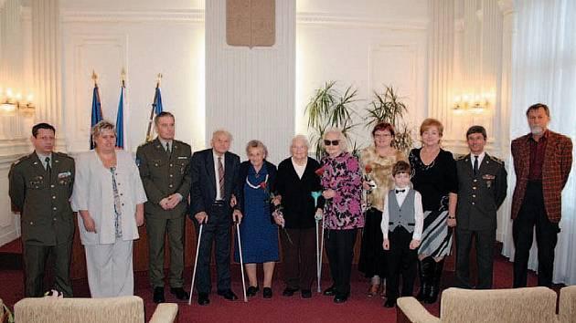 KRNOVŠTÍ hrdinové 2. světové války se sešli na radnici v předvečer Dne válečných veteránů. Pamětní medaili obdržel jubilant Štefan Kopčan (čtvrtý zleva), čestné uznání Emilie Kubínová (pátá zleva).