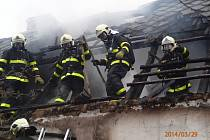 Zásah hasičů na místě požáru.