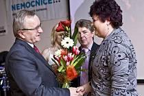 Eva Krulišová (vpravo), sympatická černovláska, které gratuluje na snímku náměstek hejtmana pro zdravotnictví Karel Konečný.