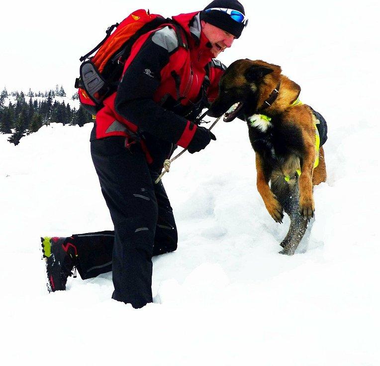 Horská služba představila Marka Koněrzu z Karlova pod Pradědem, který slouží v Jeseníkách se svým psím parťákem: tříletým belgickým ovčákem Cedrem.