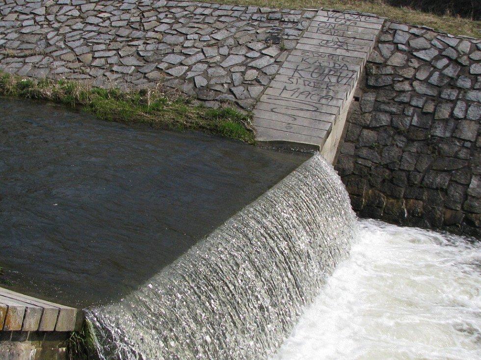 Pod splavem v Mezině se v úterý 7. dubna 2009 večer utopil devatenáctiletý mladík. Přecházel přes splav, uklouzl a spadl do vody. Místo mají někteří lidé v oblibě ke koupání, a to přes to, že je zde koupání i vstup zakázán.