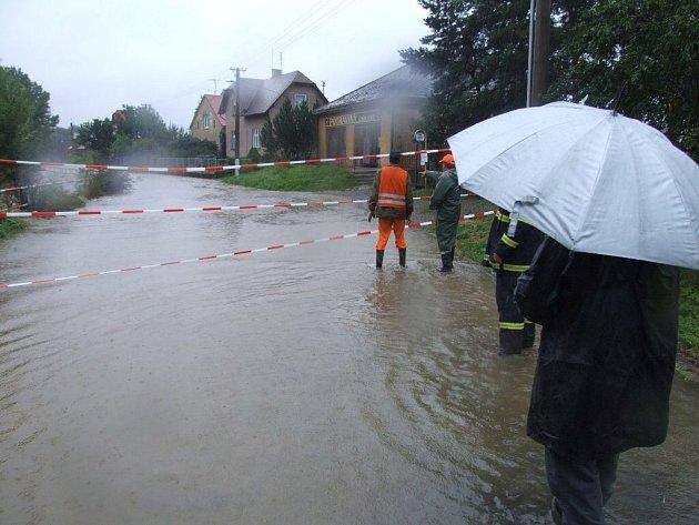 V Opavici u Města Albrechtic zaplavila řeka Opavice silnici a rozdělila tak obec na dvě části.