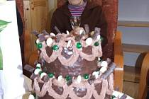 Anna Sojáčková, obyvatelka vrbenského domova klidného stáří v Mnichově s dortem.