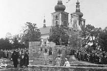 Viktora Emanuela Heegera v Krnově připomínal památník na Cvilíně, který byl odhalen rok po jeho smrti, v roce 1936.