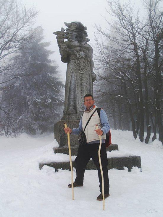 Pavel Hlušička šťastně dorazil na Radhošť a setkal se s Radegastem, slovanským bohem hojnosti. Zdroj: se souhlasem Pavla Hlušičky